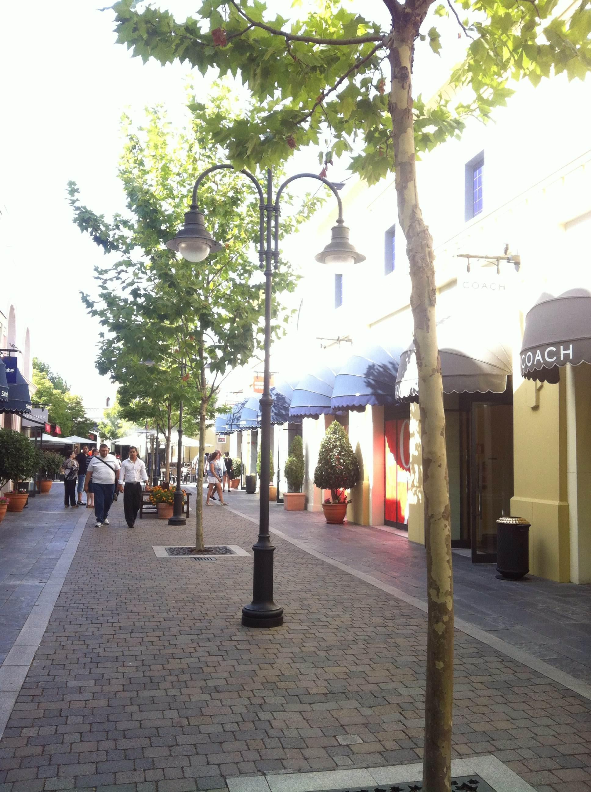 Paseo en Las Rozas Village outlet shopping
