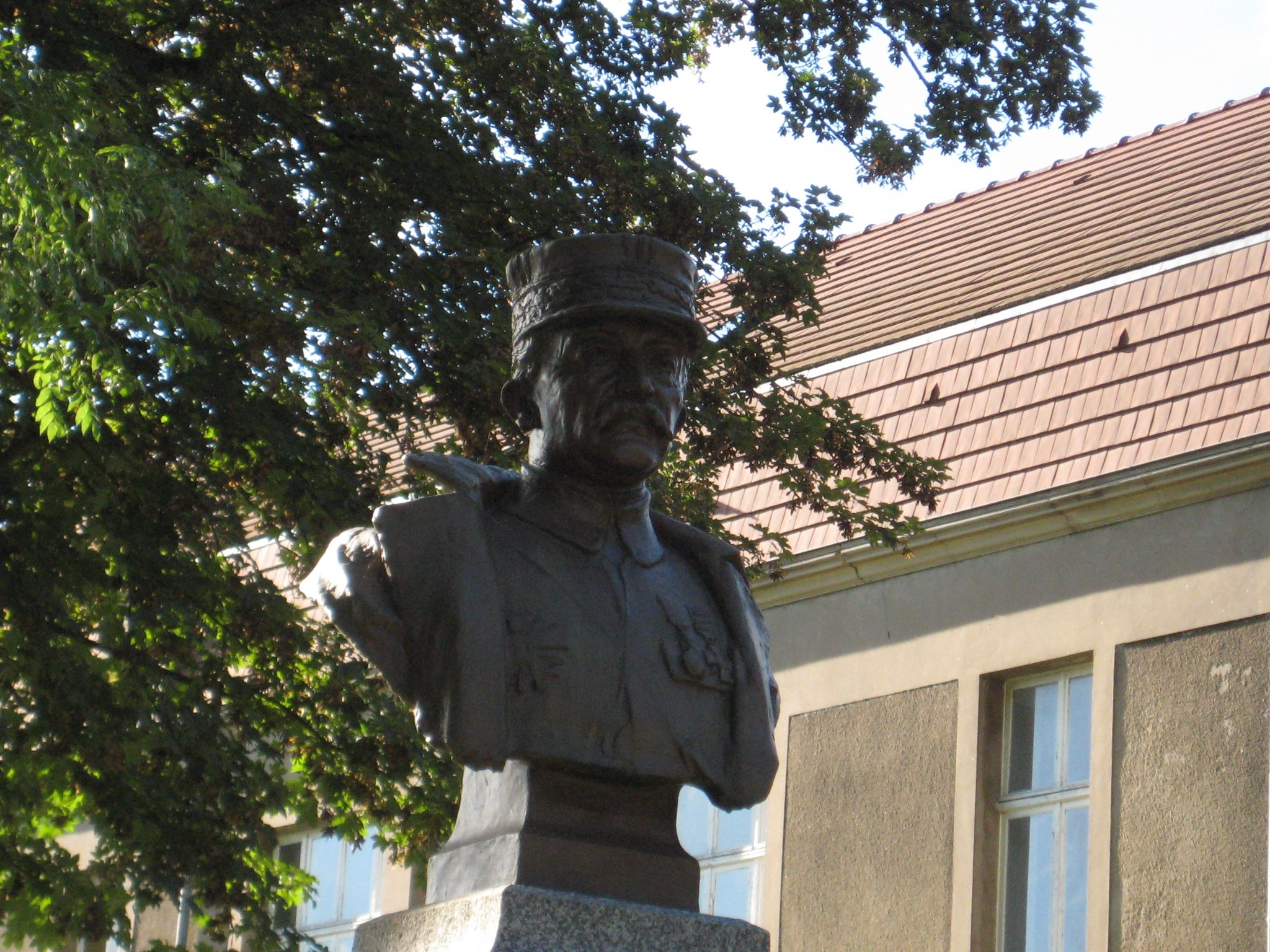 Statue of the general Maistre
