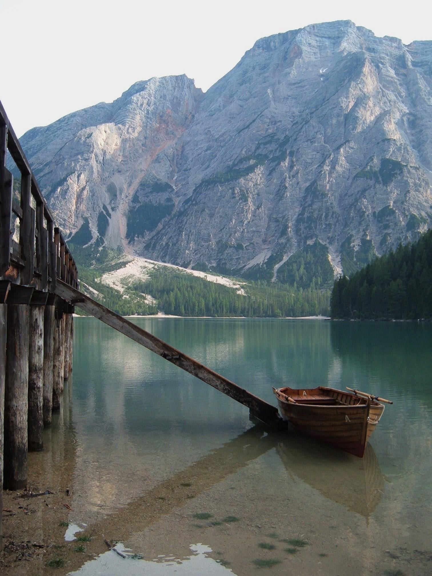 Embalse en Lago de Braies