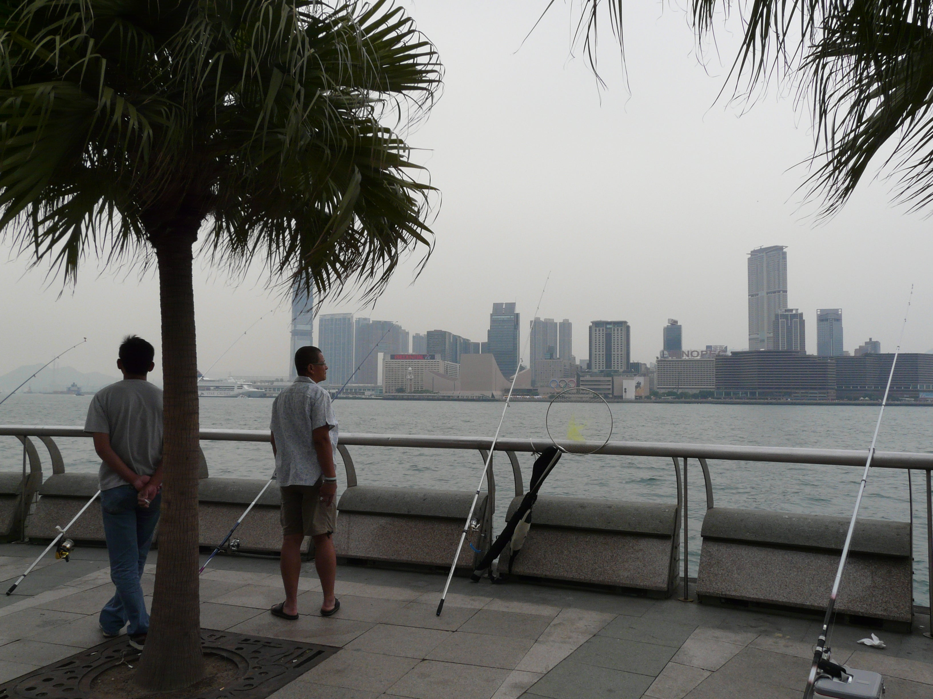 Playa en Skyline de Hong Kong