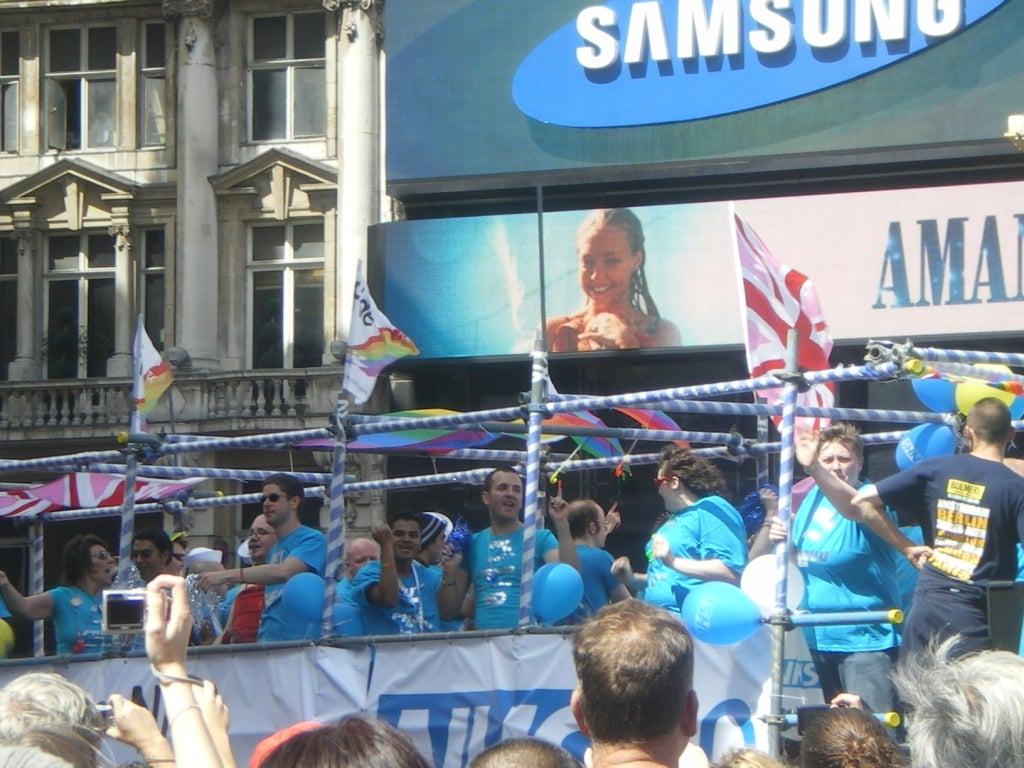 Multitud en Pride London (Desfile Día del Orgullo Gay)