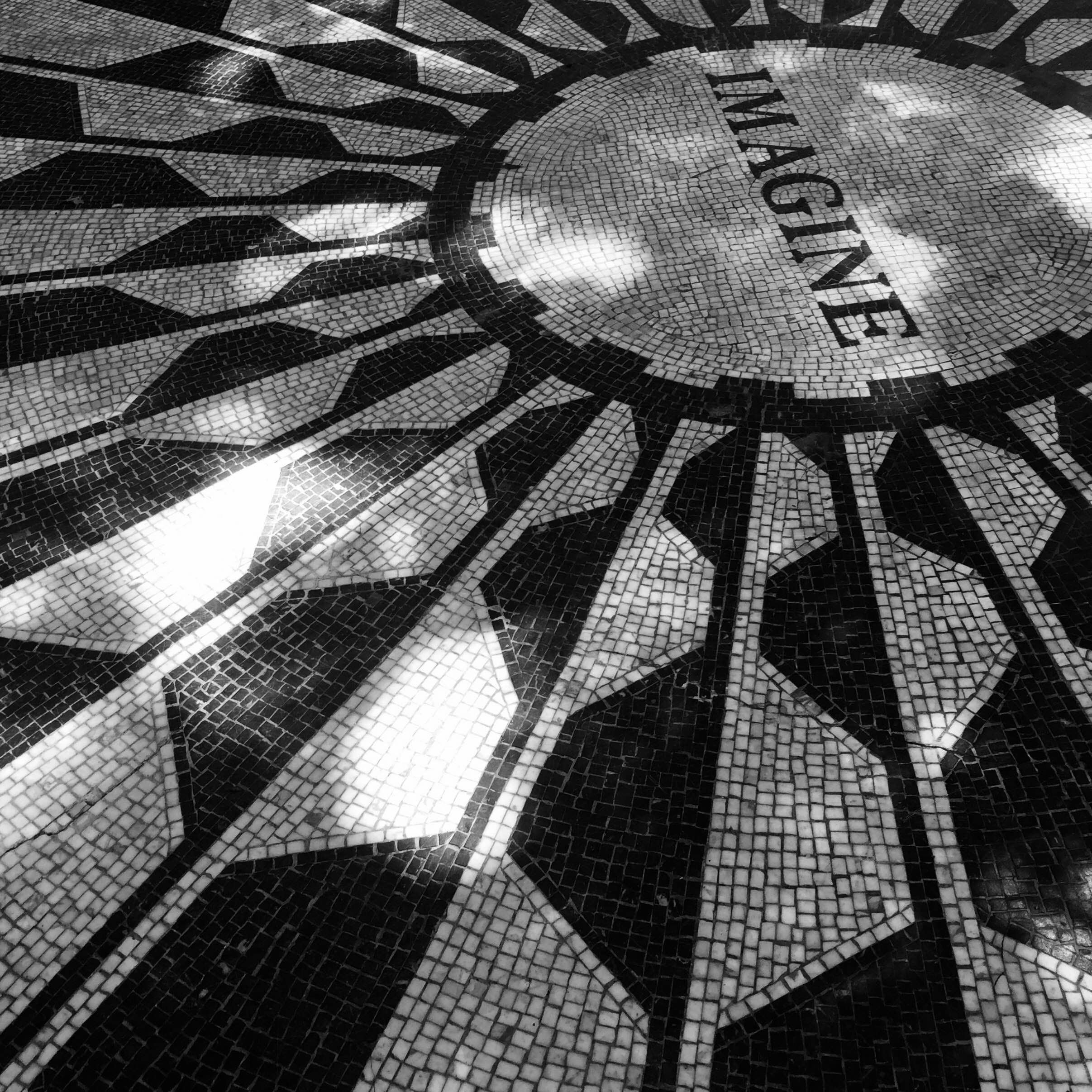 Negro en Strawberry Fields - monumento a John Lennon