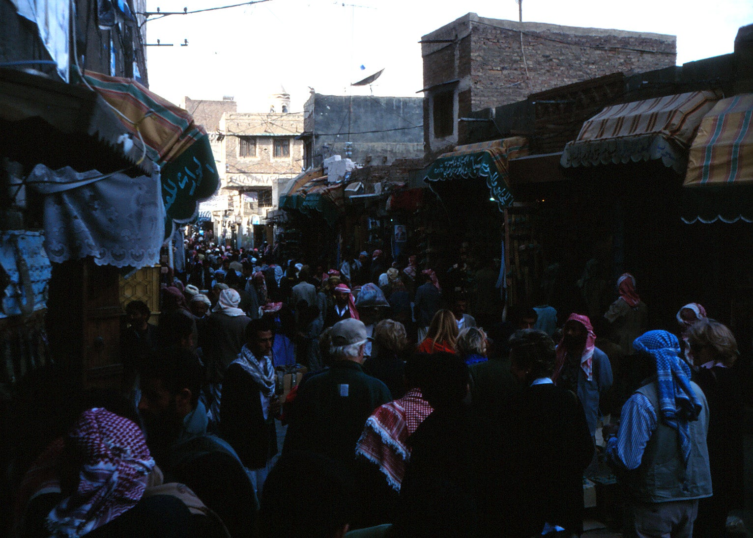 Multitud en Mercado de Sanaa