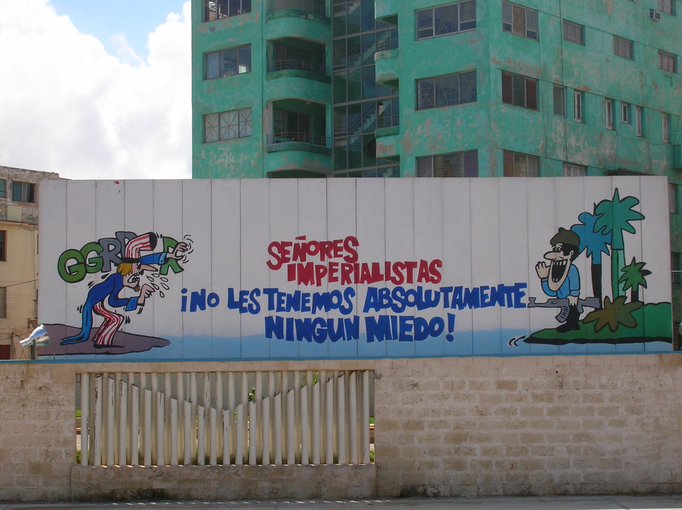 Pared en Manifestódromo (Tribuna Antiimperialista)
