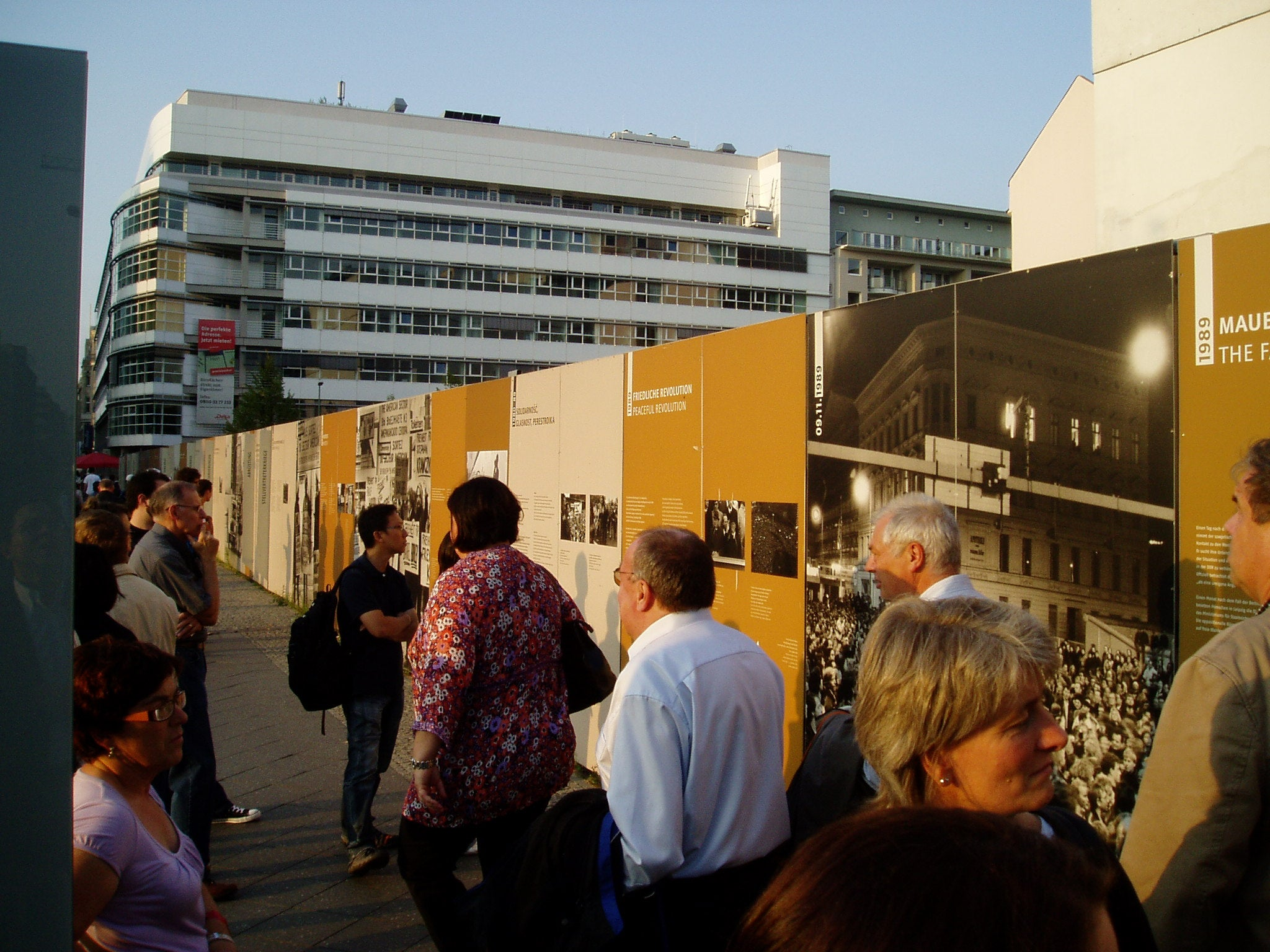 Personas en Checkpoint Charlie