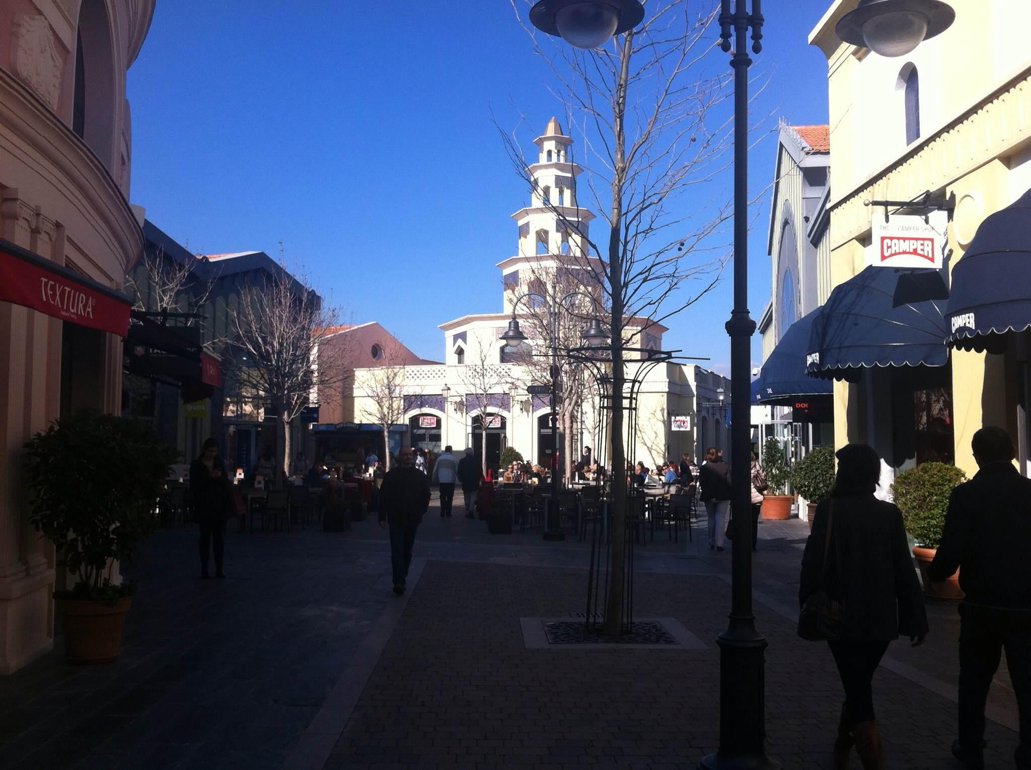 Peatón en Las Rozas Village outlet shopping