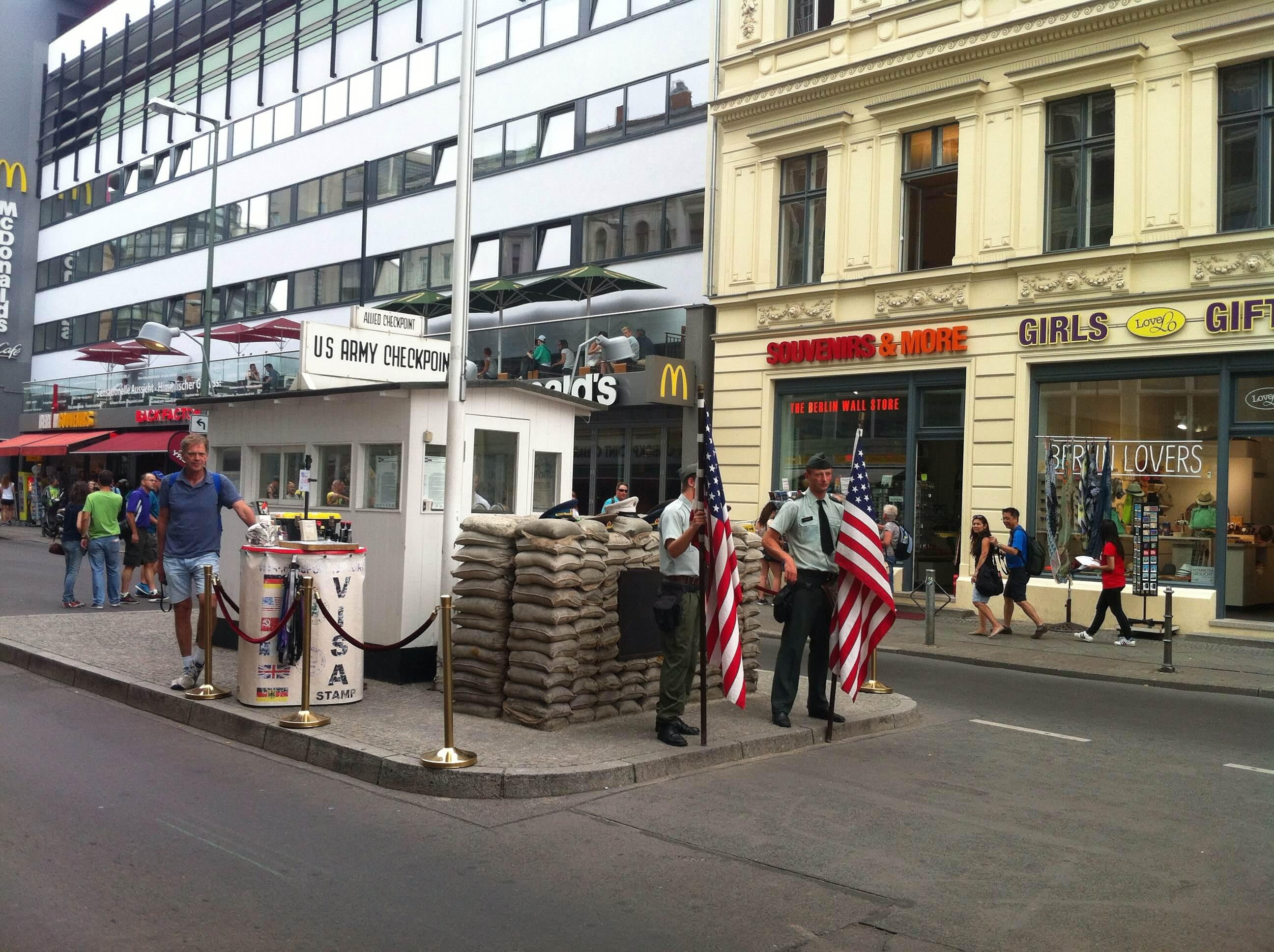 Cortinas en Checkpoint Charlie