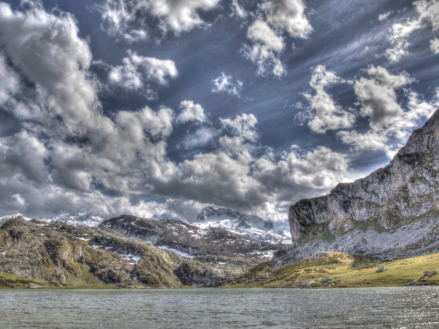 Wave in The Lakes of Covadonga - Enol and Ercina lakes