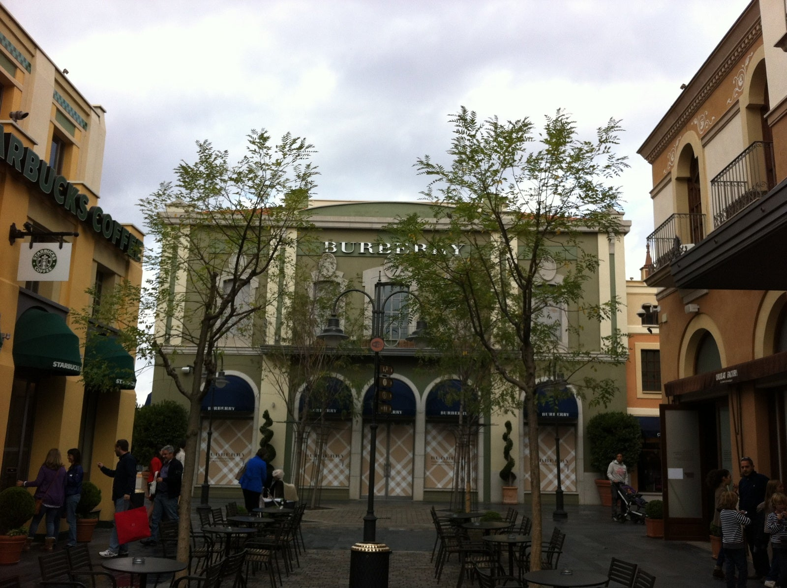 Plaza en Las Rozas Village outlet shopping