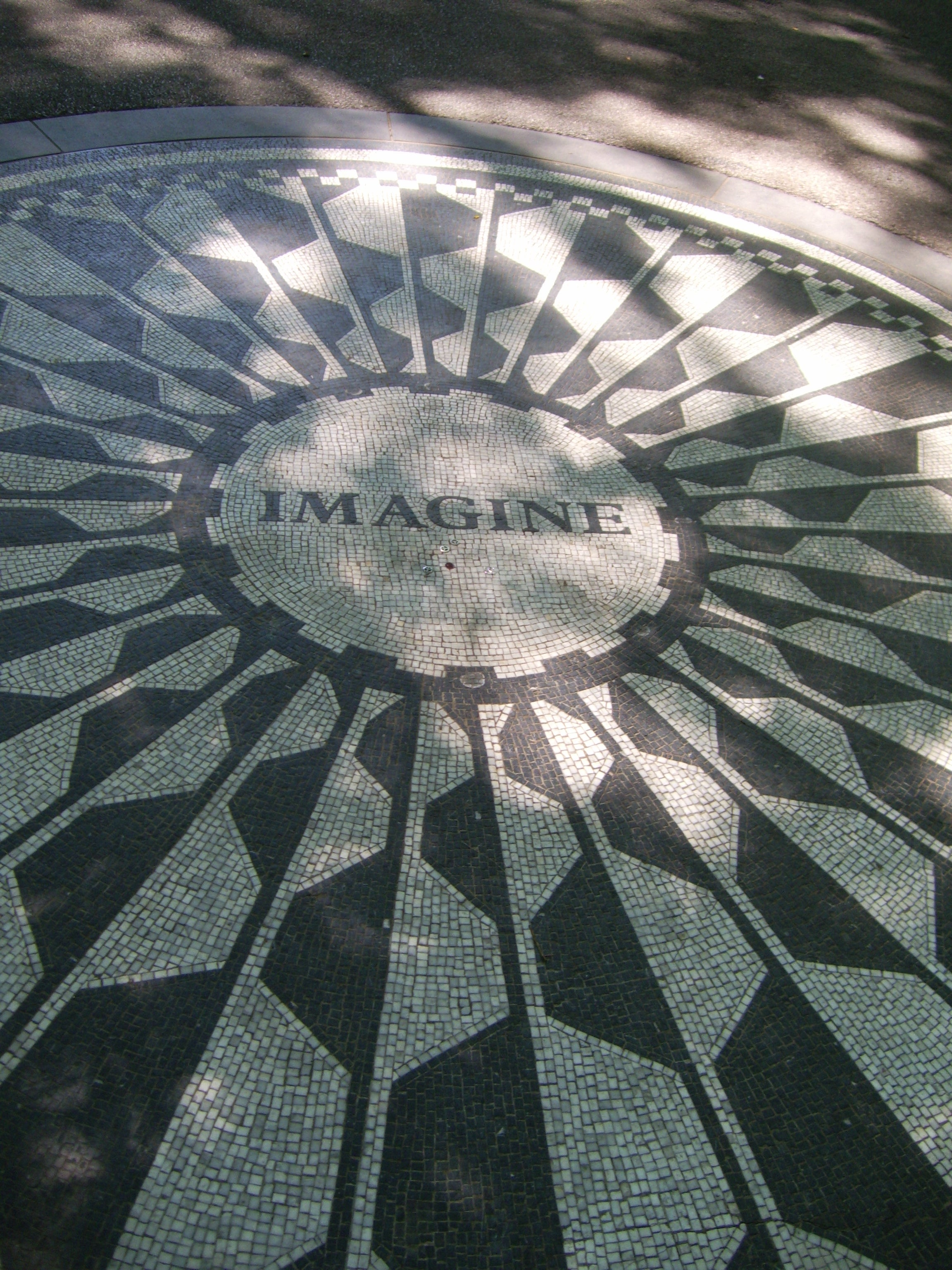 Reflejo en Strawberry Fields - monumento a John Lennon