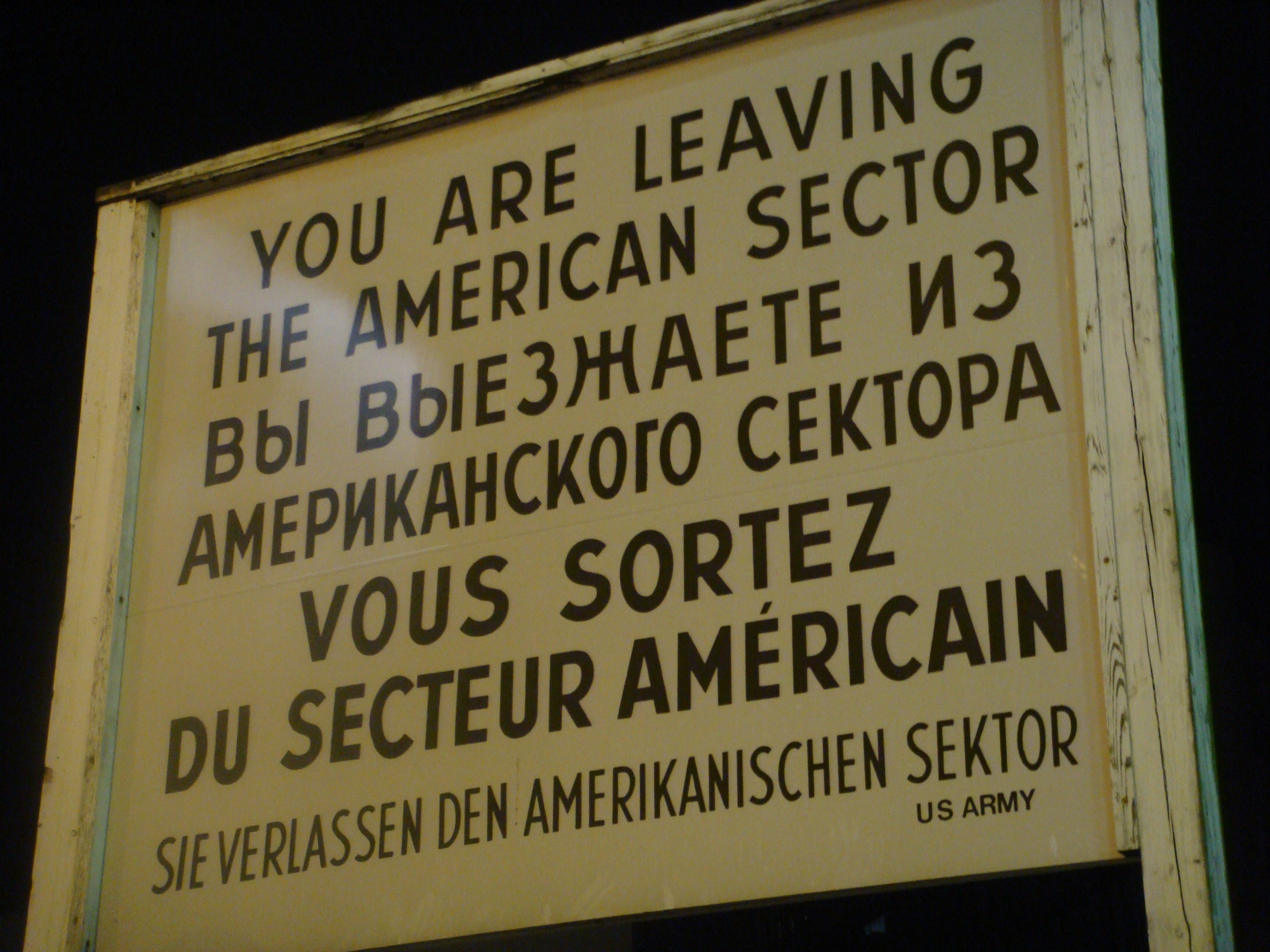 Póster en Checkpoint Charlie